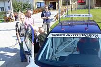 Kromě 150 veteránů se na návsi v Rouském představili také dva automobiloví závodníci.