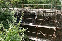Letní opravy okružní hradby Helfštýnu finišují