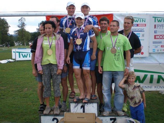Brodečtí triatlonisté (uprostřed).