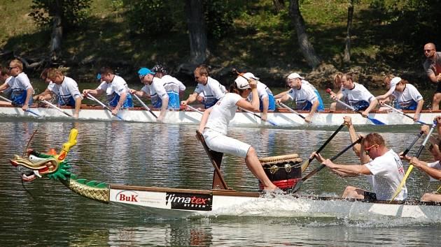 Na třetím ročníku Přerovského festivalu dračích lodí bojovalo o čtyři poháry padesát posádek čítajících na 1200 závodníků.