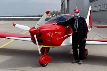Piloti lidem. Hranický pilot Jaromír Kulička pro nemocnice rozváží ochranné štíty a respirátory.