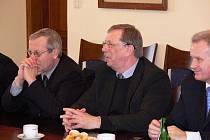 Hejtman Martin Tesaříka (uprostřed) a jeho náměstci Fischer a Kosatík na hranické radnici
