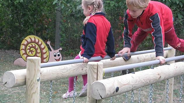Další dva zábavné prvky přibyly na zahradě Mateřského centra Dráček v Hranicích.