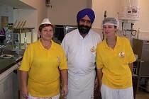 Indický mistr Singh Narinder nabízí svá jídla studentům v Hranicích
