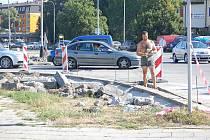Zúžení vozovky a nové parkoviště – tak bude vypadat silnice v ulici Šířava naproti kinu Hvězda v Přerově po dokončení oprav. Stavba v těchto dnech finišuje a hotová má být už tento týden.