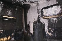 Žena rozhazovala zapálené svíčky a způsobila požár.