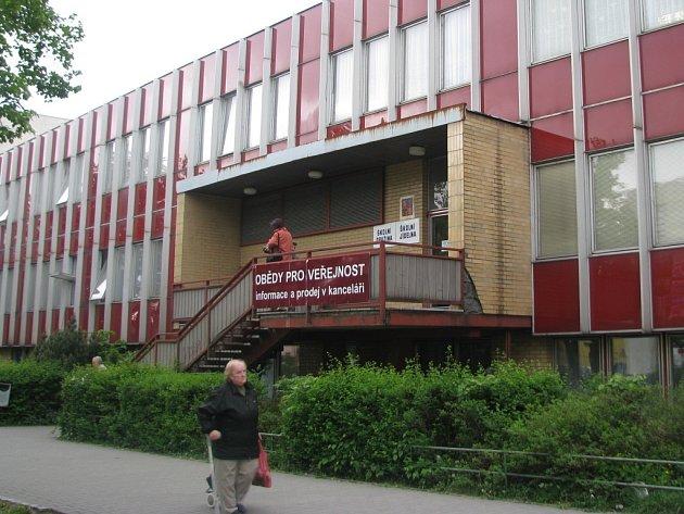 Plánovaná výměna oken a zateplení fasády na jídelně při Základní škole 1. máje v Hranicích zkomplikuje v červnu výuku především prvňákům.