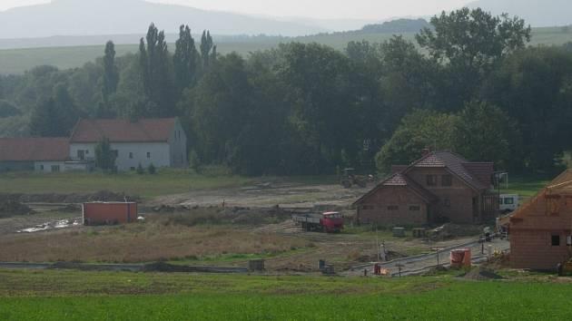 Lokalitu s parcelami pro šestnáct rodinných domů připravila obec Všechovice.