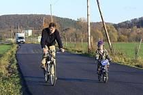 Nový asfaltový povrch dostala silnice spojující Hranice s Drahotušemi směrem k letišti.