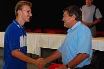 Vlevo vítěz Wisconsin Cupu Jaroslav Bureš přijímá gratulace ředitele turnaje Karla Virglera.
