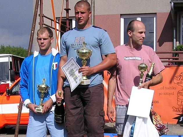 Jaroslav Zehnálek (uprostřed) letos vyhrál čtyři závody v hasičském pětiboji.