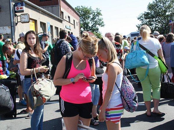 Hranické nádraží vobležení davu cestujících čekajících na náhradní autubusovou dopravu kvůli tragické nehodě ve Studénce. Čekali ičlenové české vlády