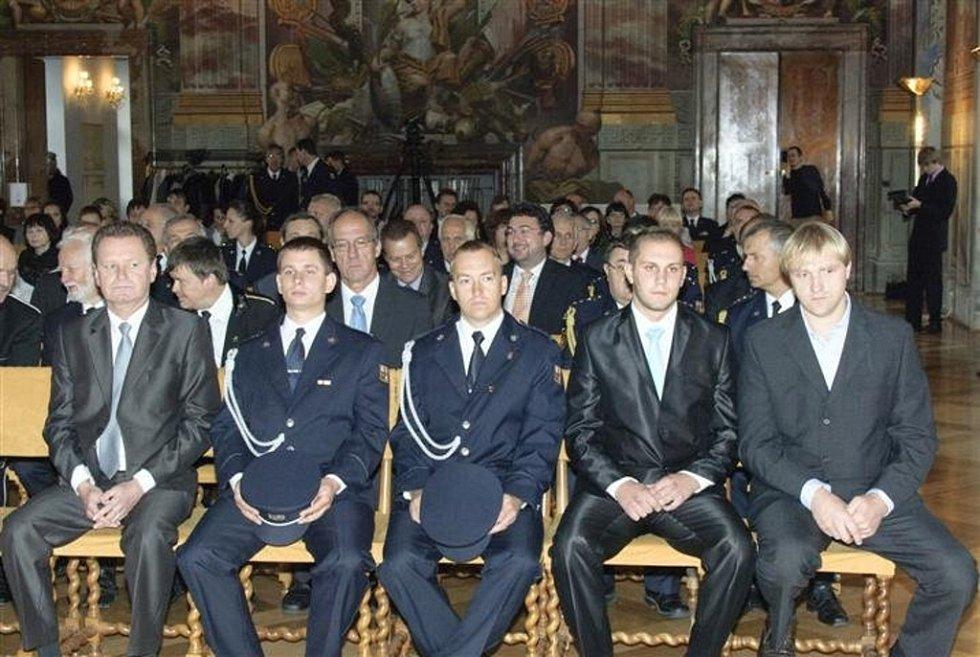 Jakub Voharek z Hranic vysvobodil pět kolegů z hořící místnosti. Ve čtvrtek byl za statečný čin vyznamenaný v pražském Trojském zámku.