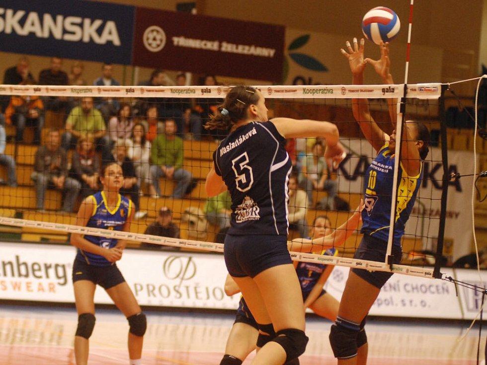 Kapitánka VK Prostějov Solange Soaresová (vpravo) blokuje útok přerovské Gabriely Maslaňákové ve vítězném pohárovém duelu.