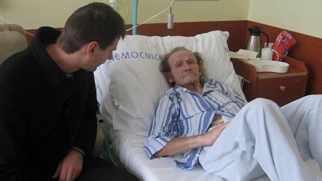 """Ludevít Galík se po pondělní operaci cítí mnohem lépe. V hranické ho nemocnici navštívil ředitel azylového domu Bohuslav Rybníček. Až se jeho klient vrátí zpět """"domů"""", pomůže mu s vyřízením českého občanství."""