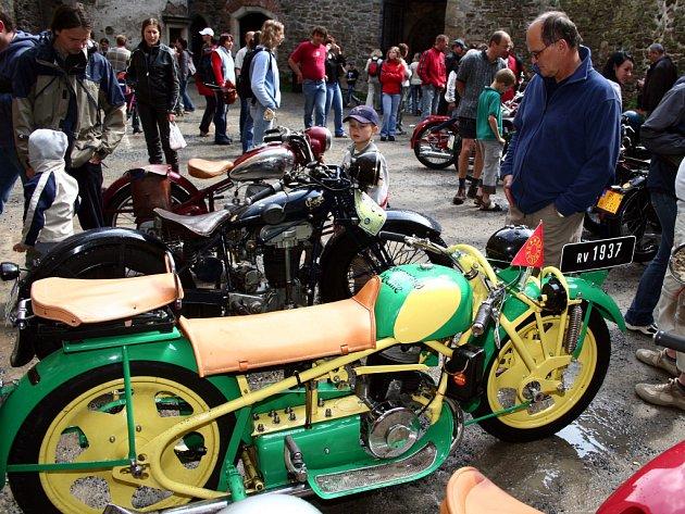 Přehlídka starých motocyklů lákala hlavně muže.