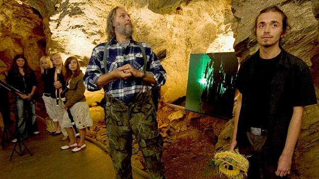 Kromě mladého autora Josefa Divína (vpravo) se vernisáže výstavy v jeskyních zúčastnil i známý český výtvarník Boris Jirků.