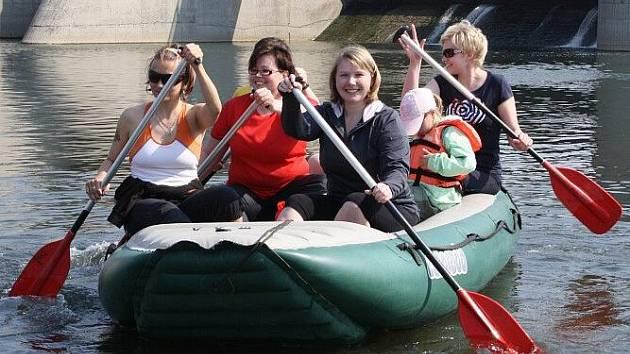 Cyklisté v sobotu otevřeli cyklostezku Bečvu, vodáci poprvé usedli do raftů na řece Bečvě.