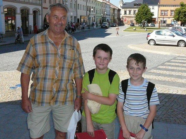 Bedřich Kubíček z Hranic (na snímku vlevo) se stal tisícím návštěvníkem prohlídek s průvodcem po městské památkové rezervaci v Lipníku.