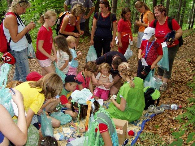 Na děti bude v lese čekat řada her a soutěží.