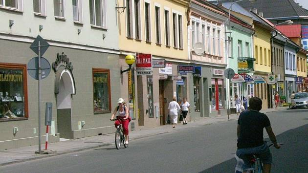 Obchodníci z okolí přerovského nádraží si stěžují na problémy s romskými obyvateli zdejších ulic.