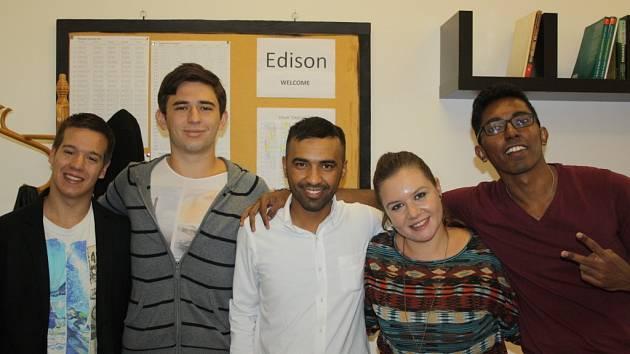 Pětice cizinců v rámci projektu Edison v Hranicích