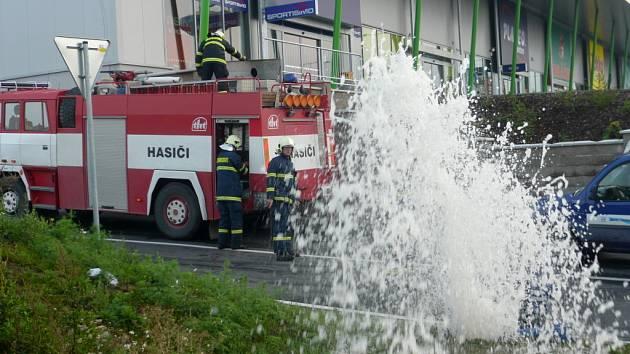 Vodotrysk způsobil u hranického obchodního centra nezodpovědný řidič.