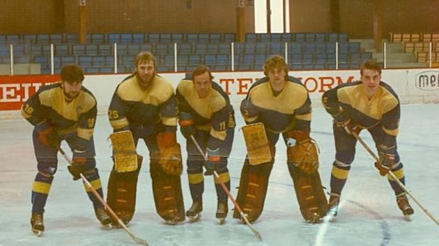 Josef Málek vlevo, dále brankář Foldyna, Vavruša, bratr Martin Málek a Verlík.