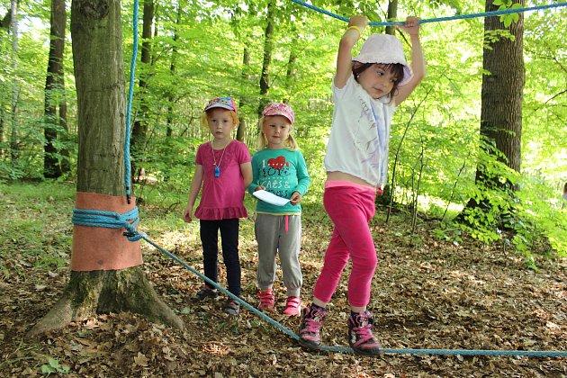 Děti zmateřské školky ve Skaličce si užívají tento týden Lesní školku vNihlovském lese.