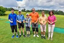 Medailisté prázdninového turnaje s poháry.