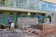 V hranické mateřské škole Hromůvka stavějí nový vstup do budovy a také budují nové wc, které budou moct děti využívat při hraní na zahradě.