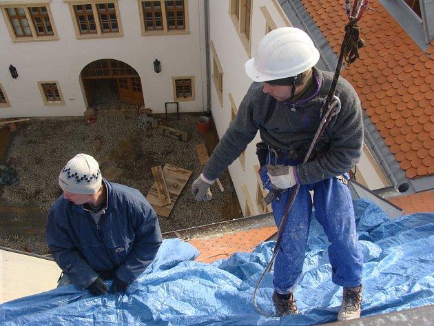 Na věži přerovského zámku musejí dělníci udělat novou fasádu.