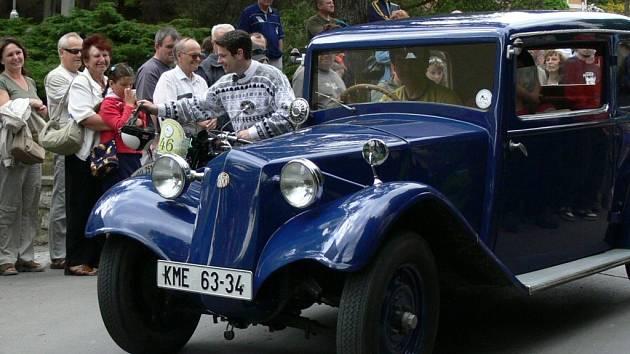 Návštěvníci lázní vítali historická vozidla.