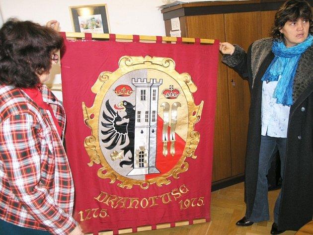 Vlasta Zapatová ukazuje vyšívaný znak obce.