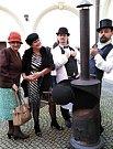 O tom, že příprava lahodné kávy je mimořádný obřad, přesvědčil návštěvníky Prvorepublikové kafírny Roman Prokeš (vpravo) ze Studia Bez kliky a odborník na kávu Lukáš Sazima (druhý zprava).