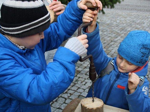Lidové Vánoce připomněly tradiční tance, hudbu iprofese. Na náměstí byla kvidění historická pražírna kávy, tiskárna pohlednic a ražba mincí. Děti idospělé pobavilo ochotnické loutkové divadlo.