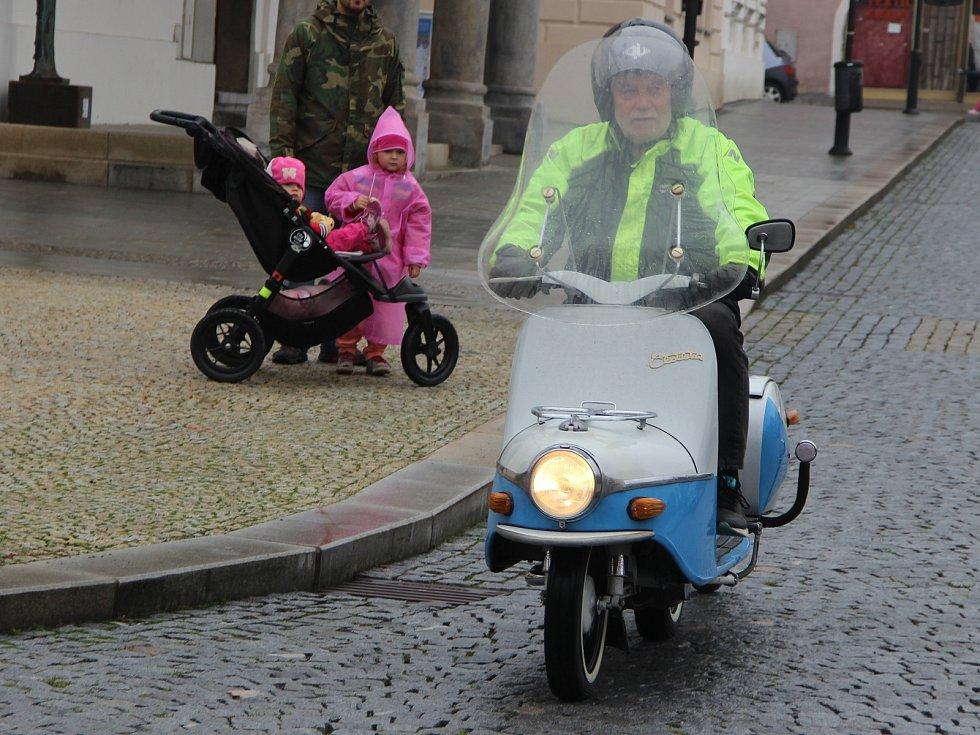 Veteráni vyjeli z Lipníku na letos poslední, rozlučkovou jízdou.