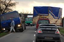 Cestu z Přerova do Chropyně zablokoval nadměrný náklad. Řidiči měli co dělat, aby se mu na úzké vozovce vyhnuli,