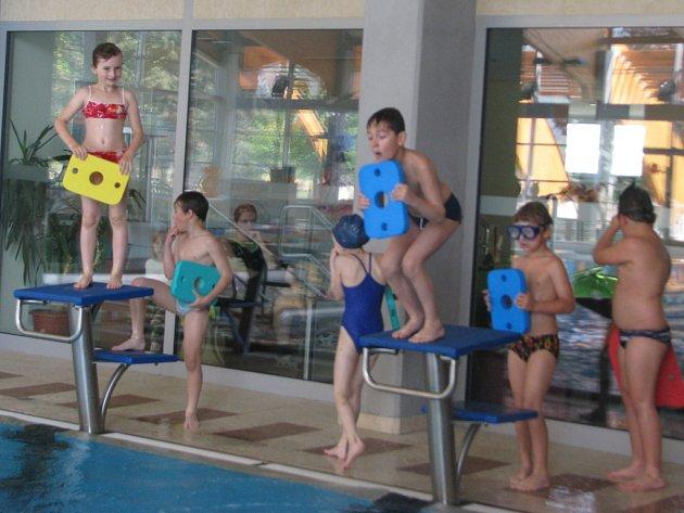 Prvňáčci ze Základní školy Struhlovsko si vyplavali mokré vysvědčení.