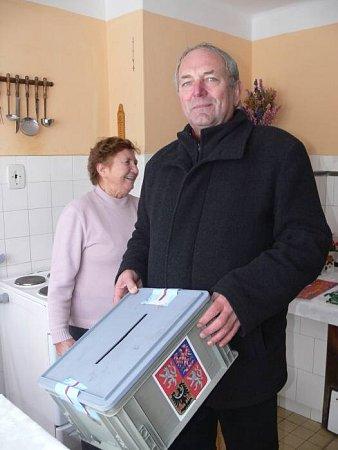 Předseda volební komise ve Skaličce Antonín Červek svolební urnou přijel ke čtyřem voličům přímo domů.