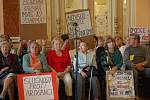 Lidé nesouhlasí s podmínkami prodeje městských bytů, na jednání zastupitelů přišli s transparenty.
