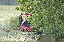 Blízko Černotína odnesl proud vody auto do pole.