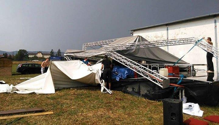 Následky bouřky, která se první den prohnala festivale Letiště v Drahotuších u Hranic
