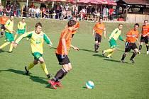 Kozlovice (v oranžovém) proti Lošticím