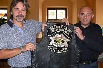 Viceprezident hranické kapitoly ostravského klubu Harley Owners Group Tomáš Slimáček (vlevo) a prezident Jiří Richter už nosí motorkářské bundy s novým logem, na němž figurují i Hranice