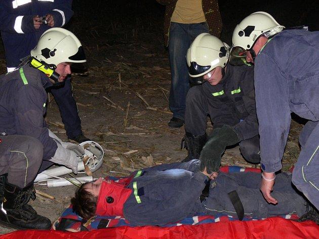 Při simulované dopravní nehodě museli hasiči správně poskytnout první pomoc.