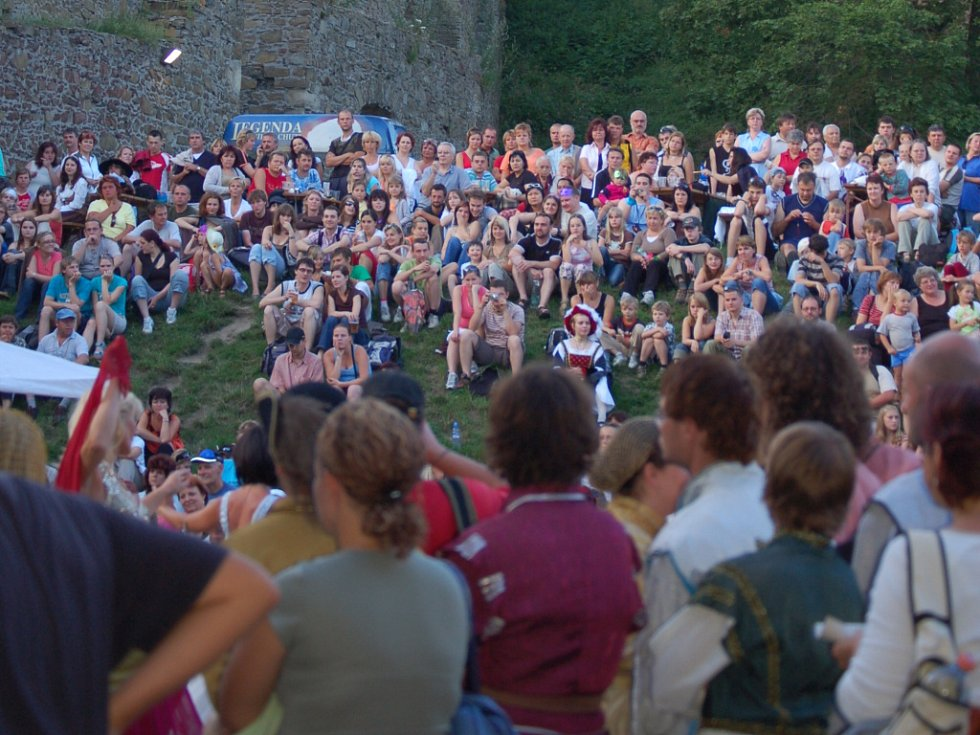 Na Hradní bál dorazily stovky lidí.