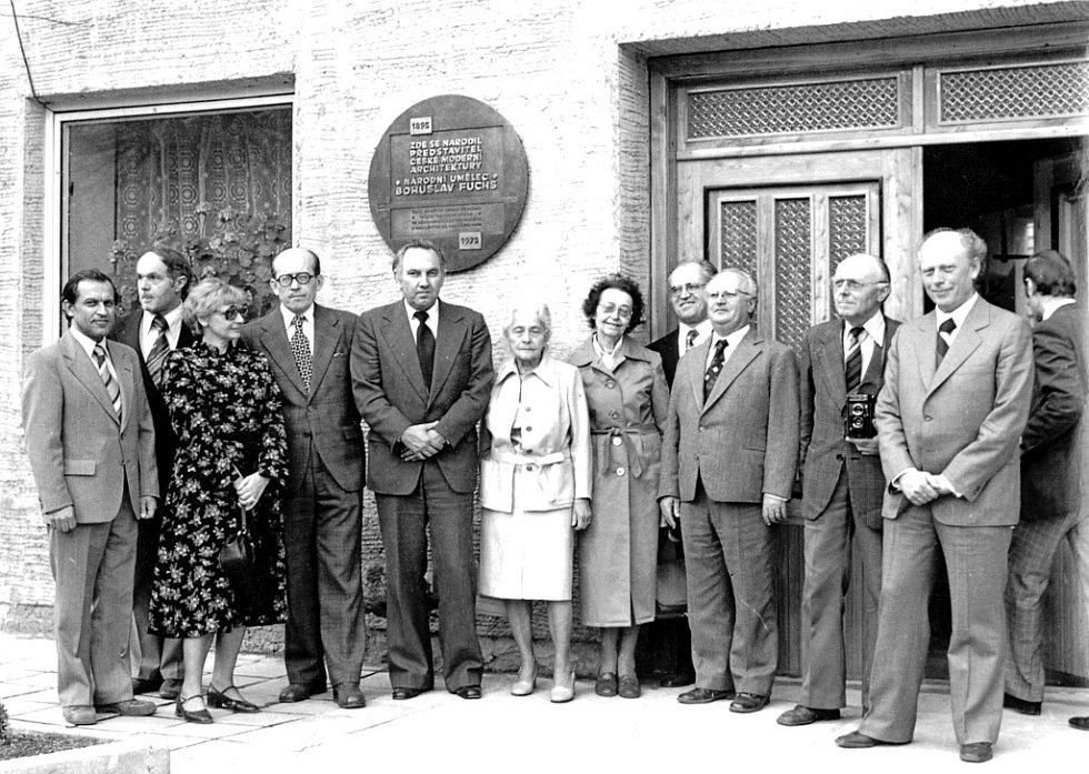 Odhalení pamětní desky Bohuslava Fuchse u příležitosti 90. výročí jeho narození, uprostřed vbílém žena B. Fuchse Drahomíra, vpravo syn Kamil Fuchs.