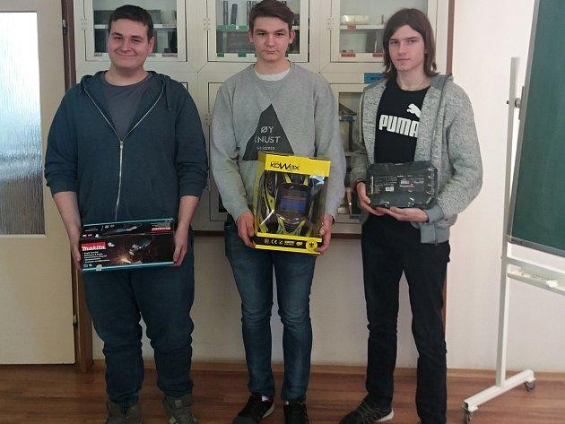 Z krajského kola soutěže v odborných dovednostech Kovo junior si odvezl Pavel Kořenek 1. místo (na snímku uprostřed) a Tomáš Stavárek 2. místo (na snímku vlevo).