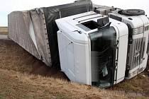 Nehoda kamionu, který v pondělí odpoledne u Hranic zablokoval přivaděč na dálnici D1.